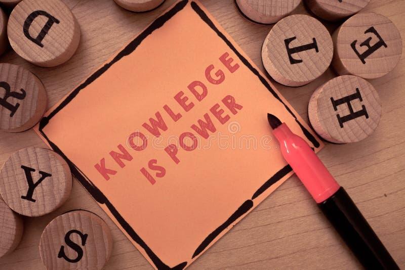 显示知识的文本标志是力量 通过经验和教育获取的概念性照片技能 免版税库存图片