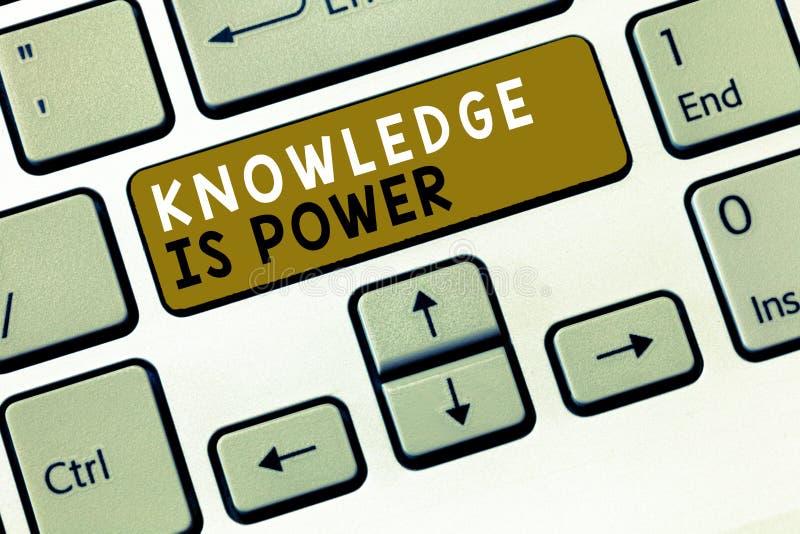 显示知识的文本标志是力量 通过经验和教育获取的概念性照片技能 图库摄影