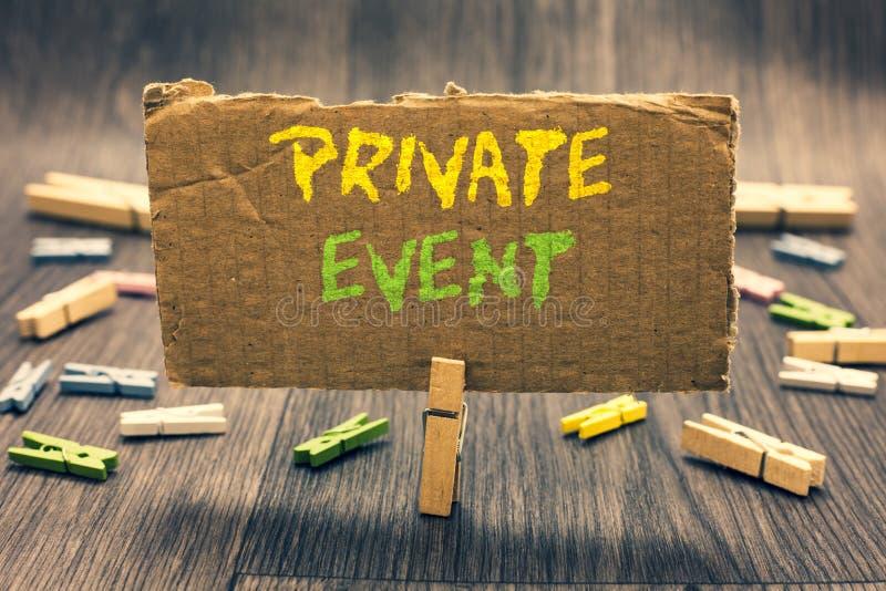 显示私有事件的文字笔记 陈列专属保留RSVP应邀供以座位的晒衣夹的企业照片举行p 库存图片