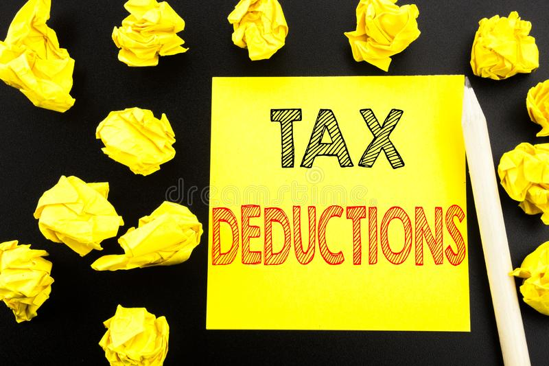 显示税收减免的手写的文本 企业在稠粘的笔记写的财务接踵而来的税钱扣除的概念文字 库存图片
