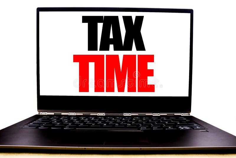 显示税时间的手写的文本 企业征税在显示器前面屏幕写的财务提示的概念文字,白色b 库存图片