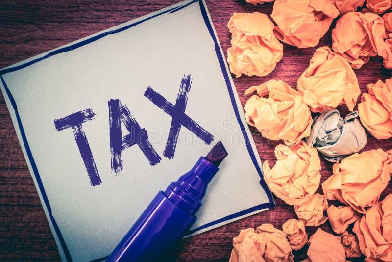 显示税的文字笔记 陈列强制的贡献的企业照片陈述收支征收由政府强加 免版税库存图片