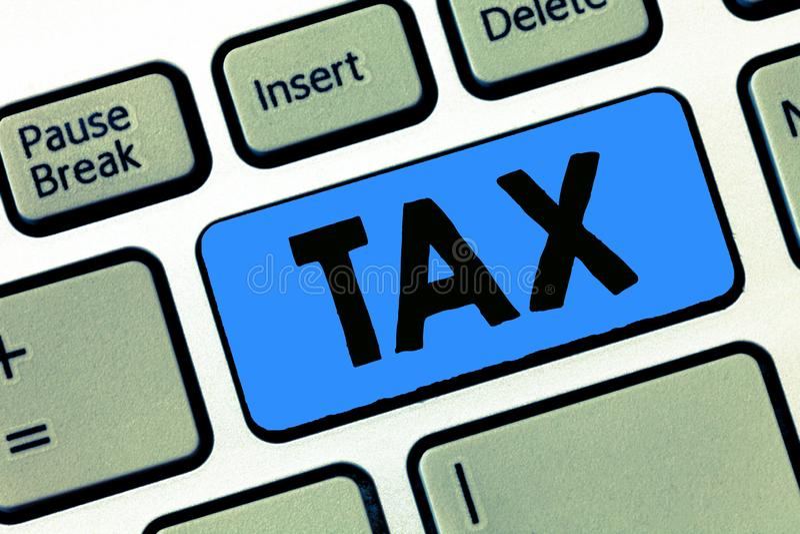 显示税的文字笔记 陈列强制的贡献的企业照片陈述收支征收由政府强加 免版税库存照片