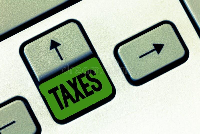 显示税的文本标志 陈述收支的概念性照片贡献征收由工作者收入的政府 免版税库存照片