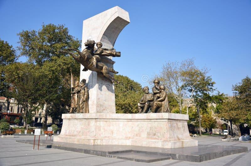 显示穆罕默德征服者横跨他的马的巨大的纪念碑在伊斯坦布尔 库存图片