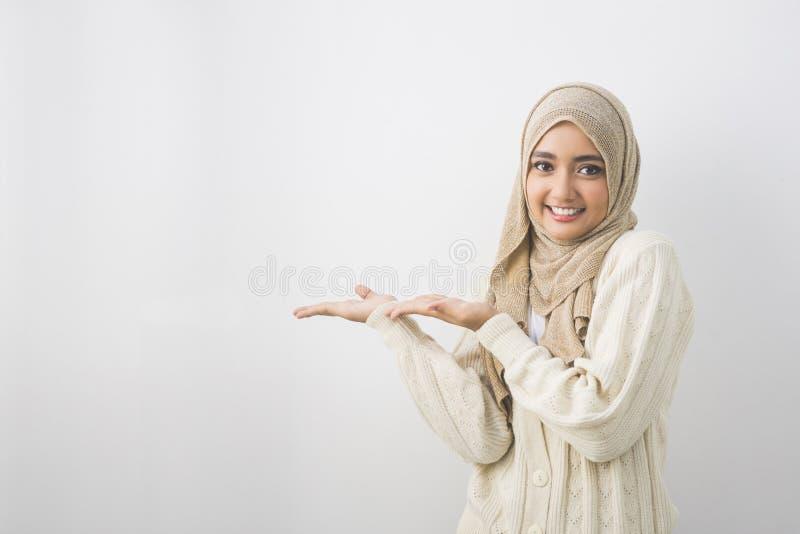 显示空白的区域的一名年轻回教妇女的画象 免版税库存图片