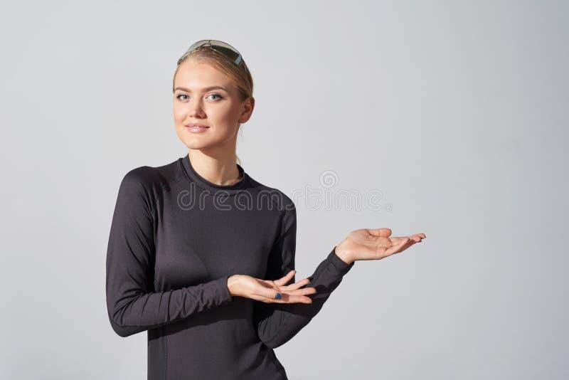 显示空白的拷贝空间的黑衬衣的妇女在边 免版税图库摄影
