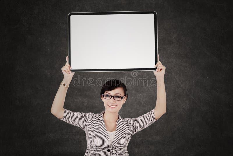 显示空白的牌的女实业家 免版税库存照片