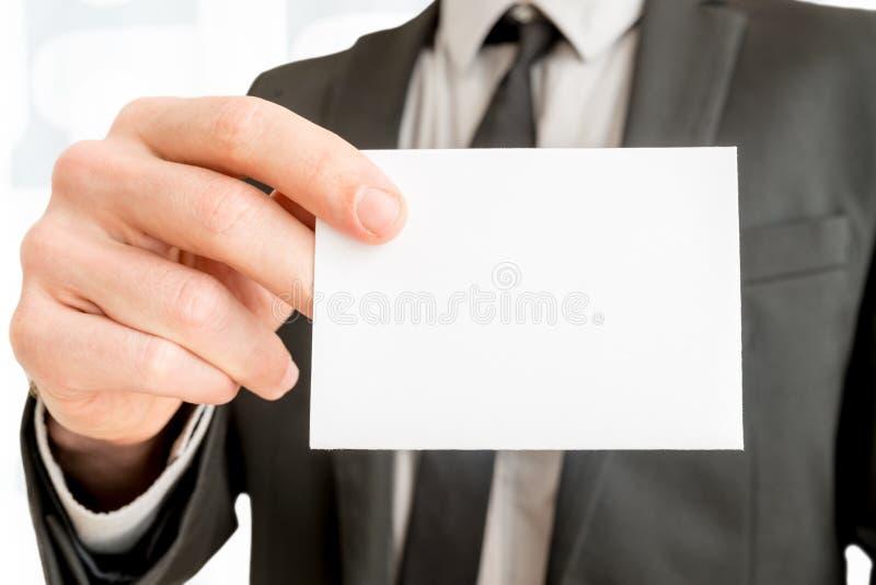 显示空白的白色名片的商人特写镜头 免版税库存照片