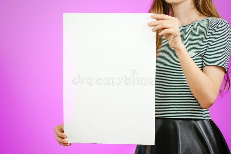显示空白的白色大A2纸的妇女 传单介绍 PA 免版税库存照片