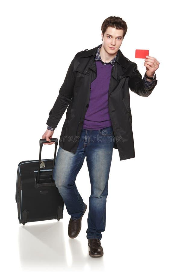 显示空的信用卡的走的男性旅游佩带的秋天夹克 图库摄影