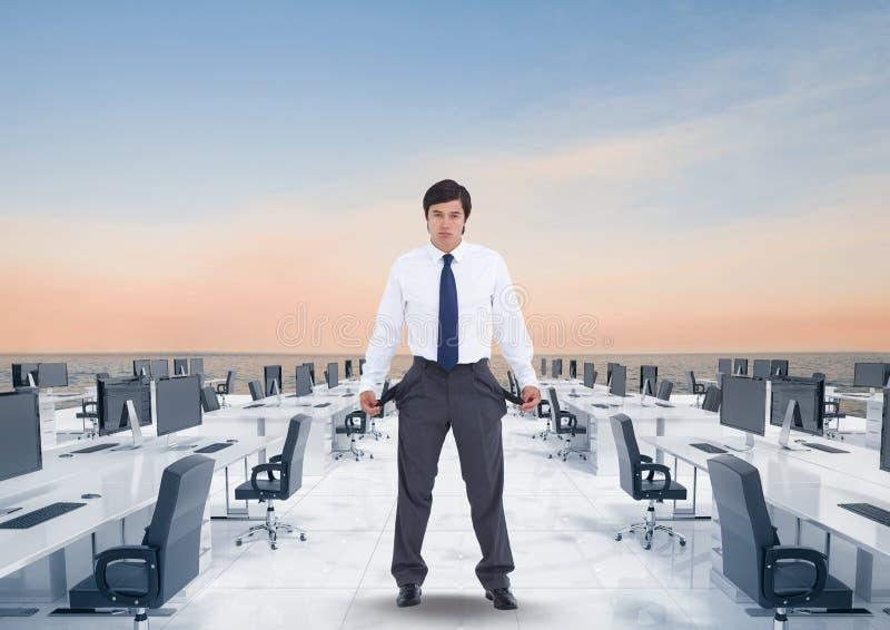 显示空的口袋的商人的数字图象,当站立在办公室包围与海agai时 免版税库存照片