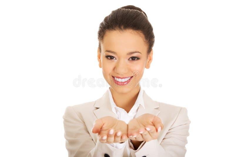 显示空的手的女实业家 免版税图库摄影