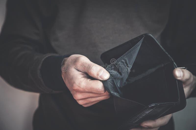 显示空的钱包的白种人人 查出的货币没有白人妇女年轻人 免版税库存图片