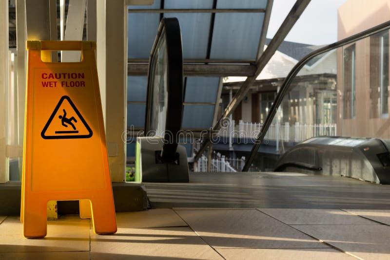 显示符号警告的小心楼层湿 库存照片