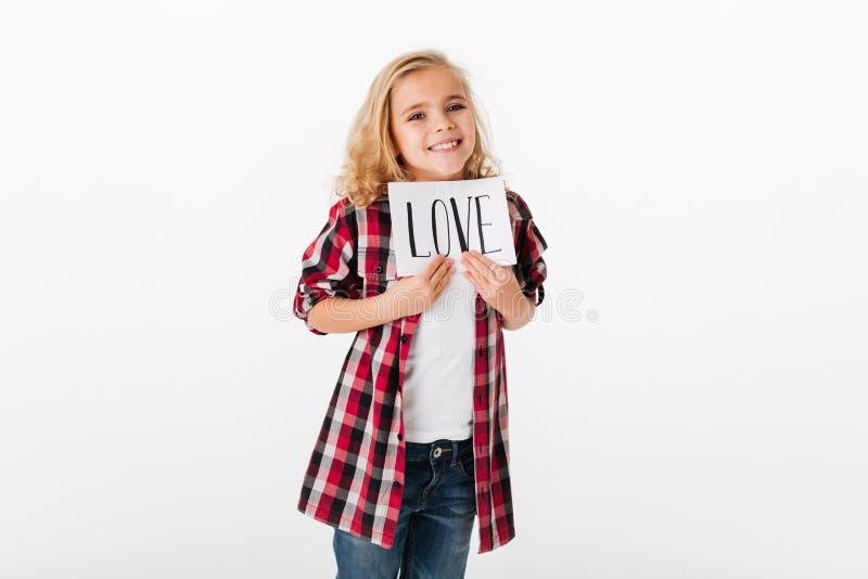 显示纸片的一个快乐的小女孩的画象 图库摄影