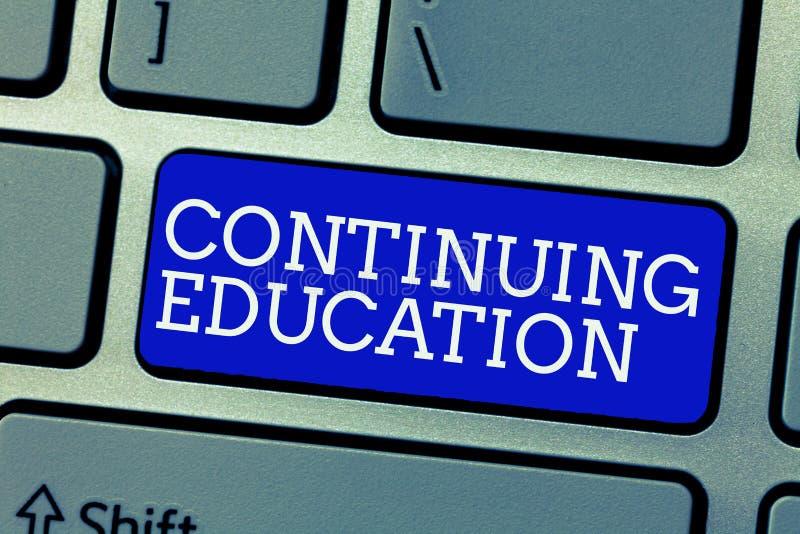 显示继续教育的概念性手文字 陈列持续的学习活动的企业照片 库存照片