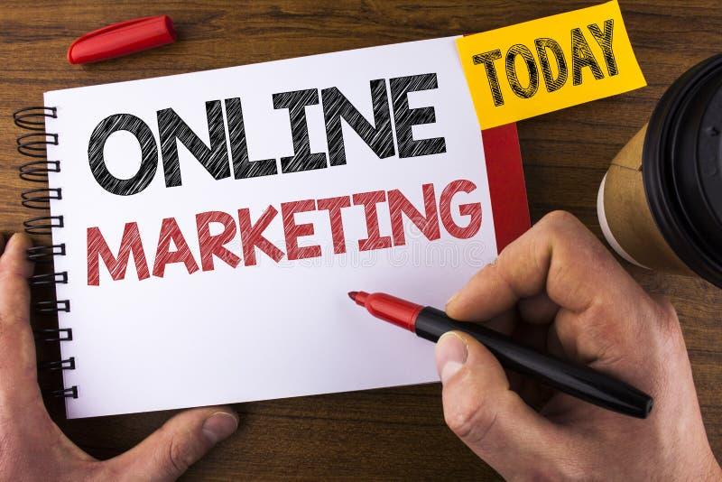 显示网上行销的概念性手文字 企业销售数字式广告社会媒介电子商务writte的照片文本 库存图片