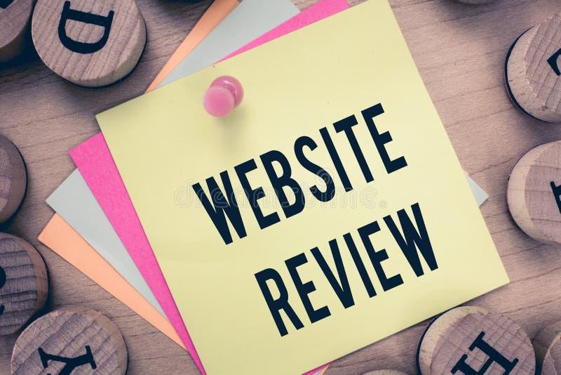 显示网站回顾的文本标志 可以被张贴关于企业和服务的概念性照片回顾 免版税库存图片