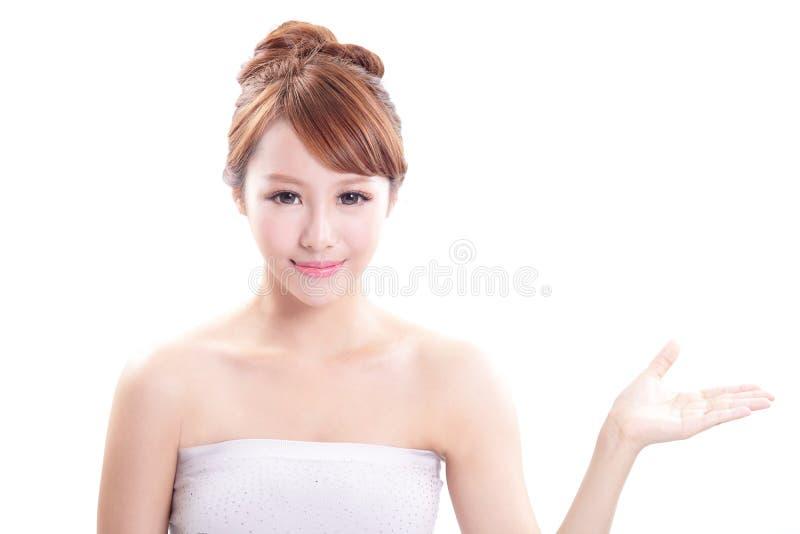 显示美容品的少妇 免版税库存照片