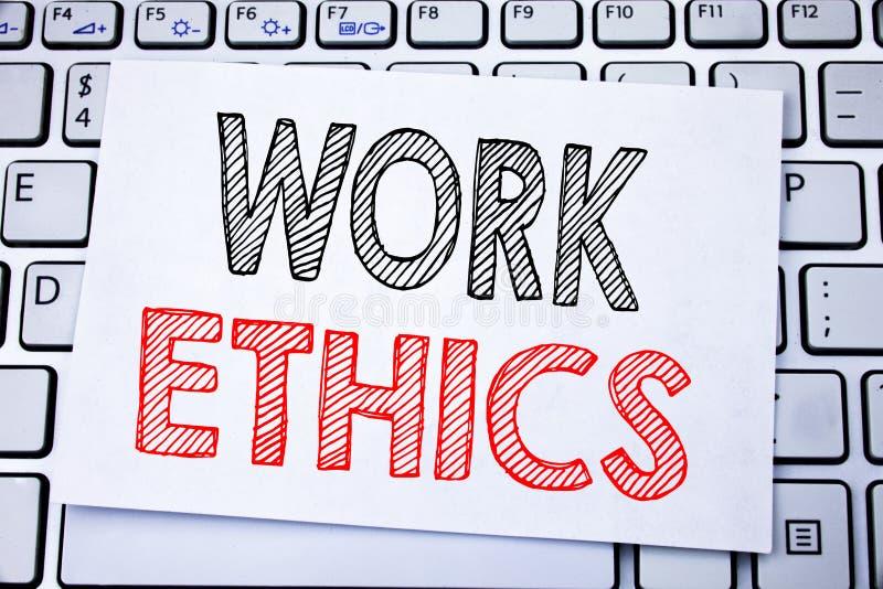 显示职业道德的手写的文本说明 企业在稠粘的便条纸写的道德利益原则的概念文字o 免版税库存照片