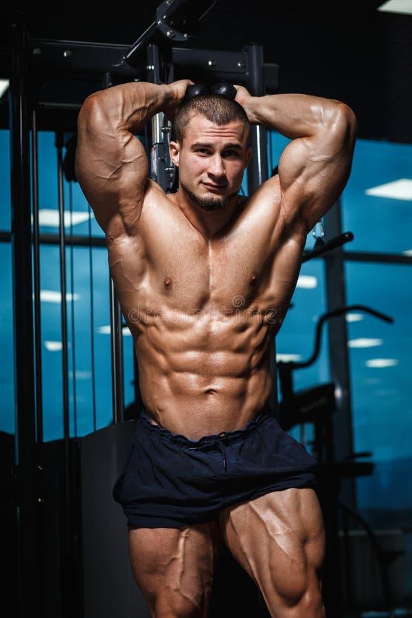 显示肌肉的强的运动人健身模型躯干在健身房 免版税库存图片