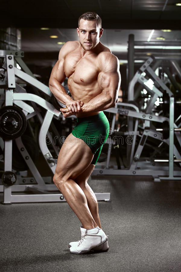 显示肌肉的强的运动人健身模型躯干 免版税图库摄影