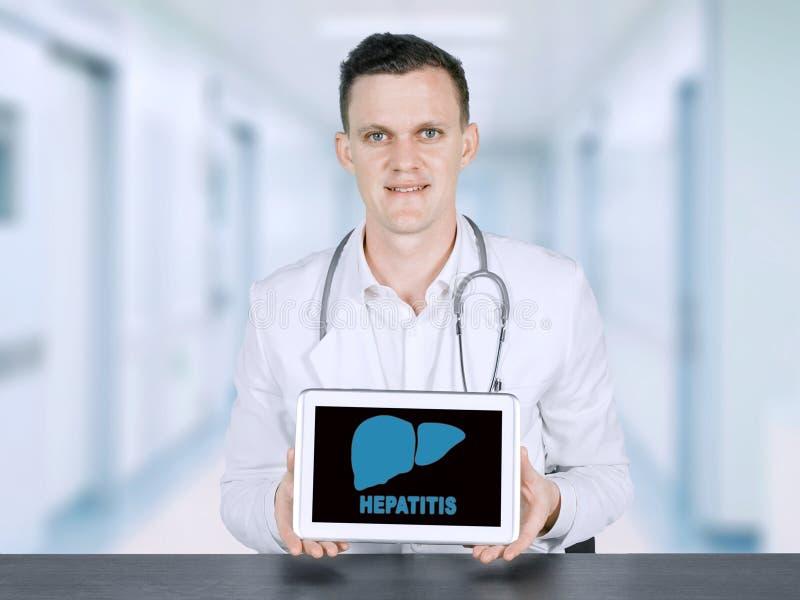显示肝炎词的美国男性医生 库存图片