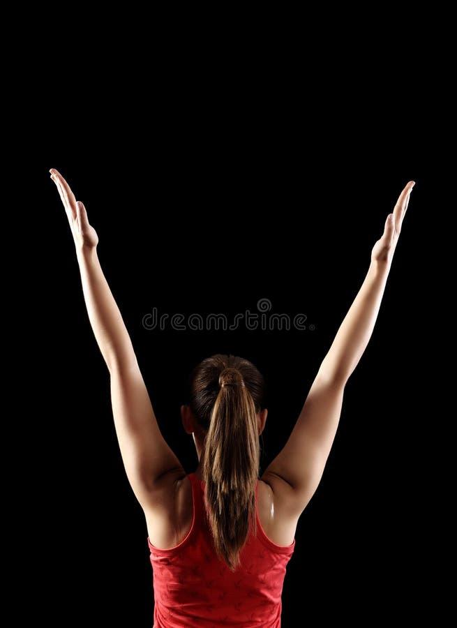 显示背部二头肌肌肉的坚强的健身妇女 免版税图库摄影