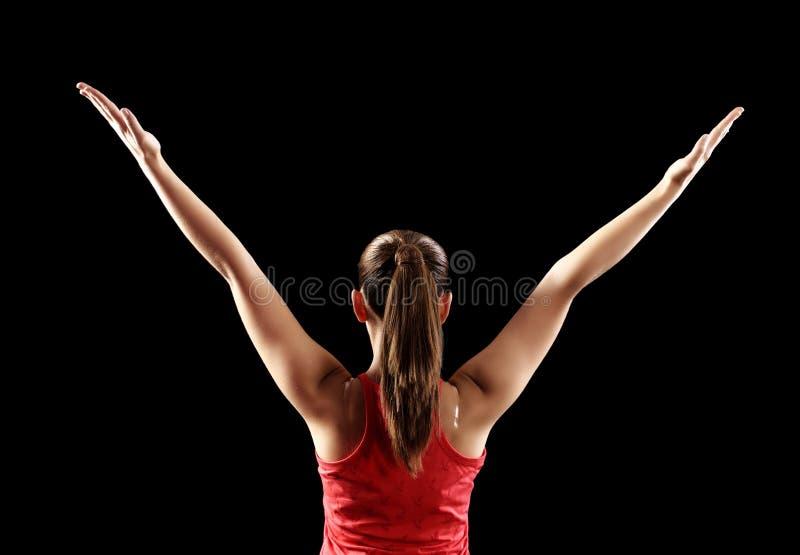 显示背部二头肌肌肉的坚强的健身妇女 免版税库存图片