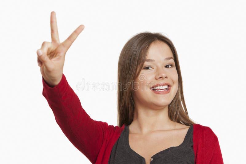 显示胜利标志的妇女 库存图片