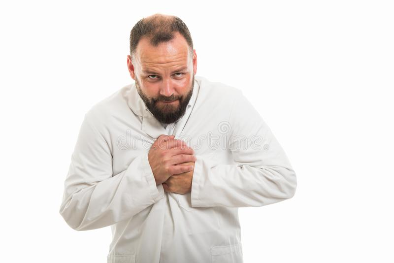 显示胸口痛姿态的男性医生画象 库存图片