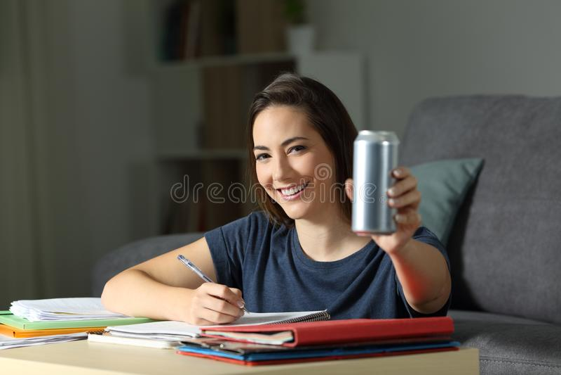 显示能量饮料的愉快的学生能 免版税图库摄影
