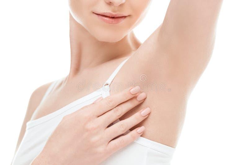 显示腋窝的妇女隔绝在白色 护肤妇女概念 免版税库存图片