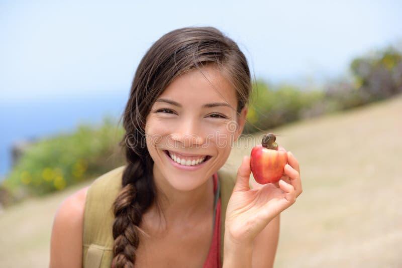 显示自然新鲜的腰果苹果果子的女孩 免版税库存图片