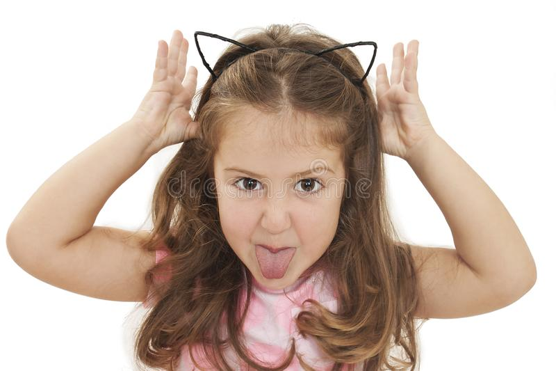 显示舌头的小女孩 免版税库存图片
