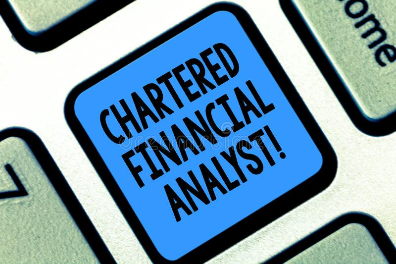 显示被特许的金融分析员概念性照片投资和财政专家的文本标志键盘键 图库摄影