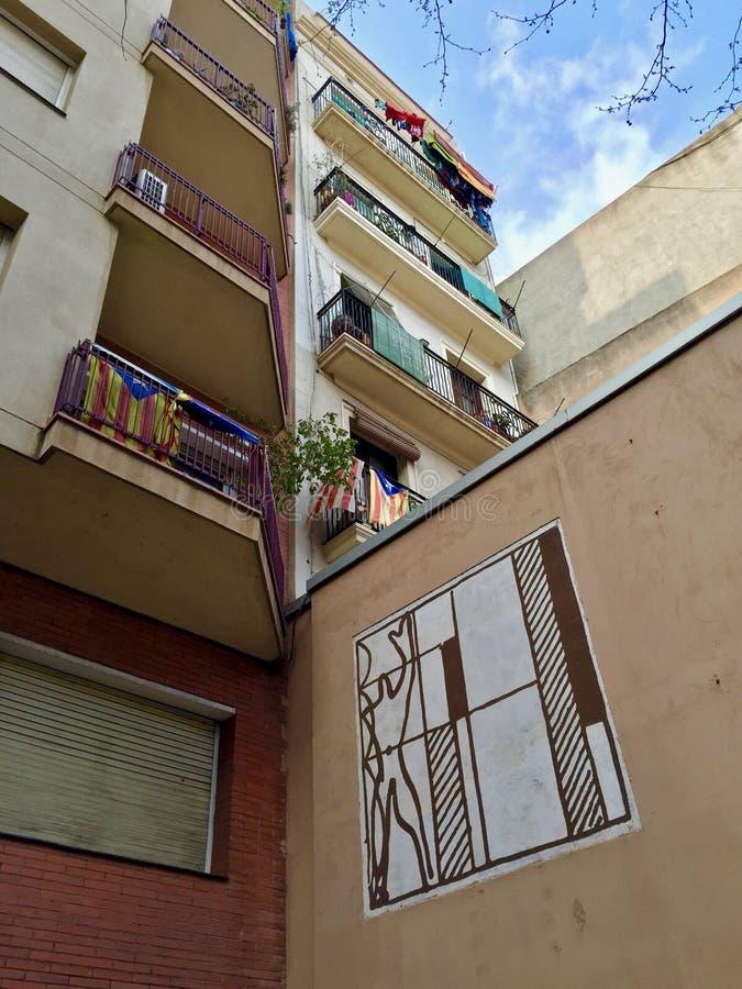 显示西班牙` s旗子和公众艺术的阳台看法  免版税库存图片