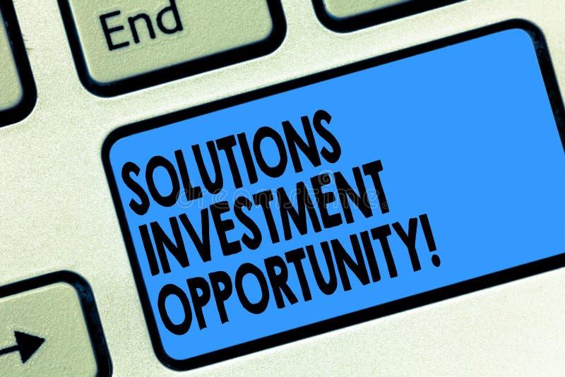 显示解答投资机会的文本标志 在承担企业键盘前的概念性照片战略 免版税图库摄影