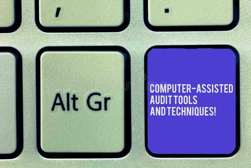 显示计算机辅助的审计工具和技术的文本标志 概念性照片现代验核的应用键盘 免版税库存图片