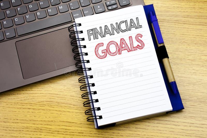 显示财政目标的文字文本 收入在木背景的笔记本书写的金钱计划的企业概念  库存照片