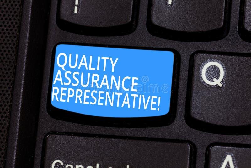 显示质量管理代表的概念性手文字 企业照片文本开发并且实施质量 库存照片