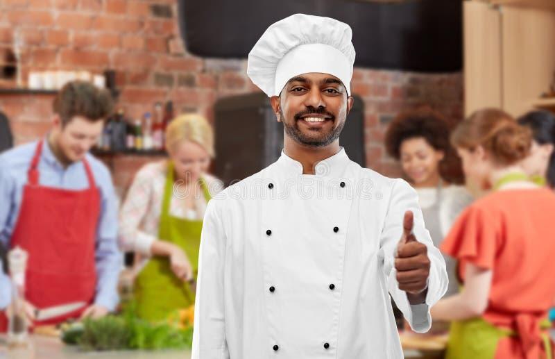 显示赞许的印度厨师在烹饪课 免版税库存图片
