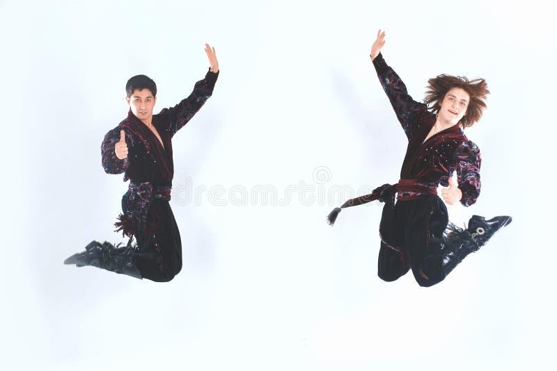 显示赞许的吉普赛服装的三个人舞蹈家 免版税库存照片