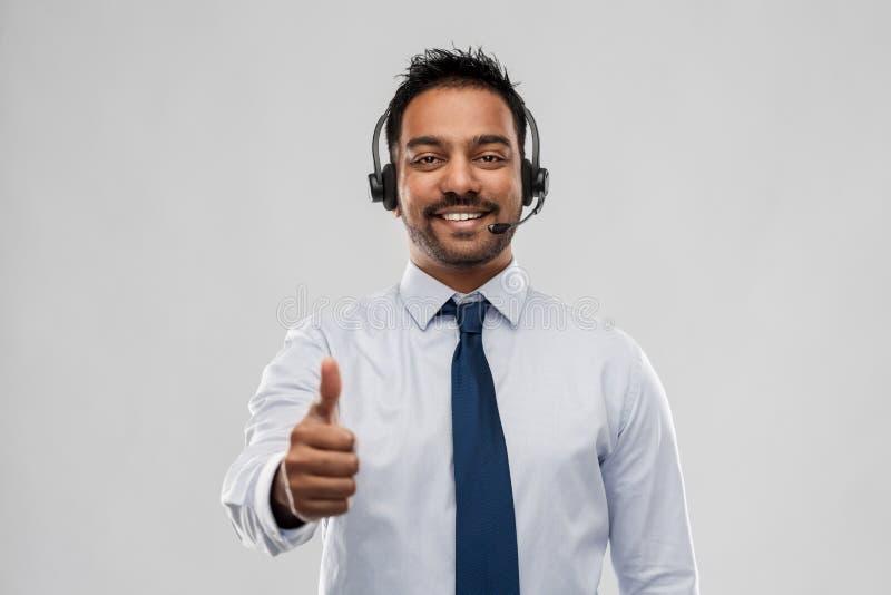 显示赞许的商人或热线服务电话操作员 图库摄影