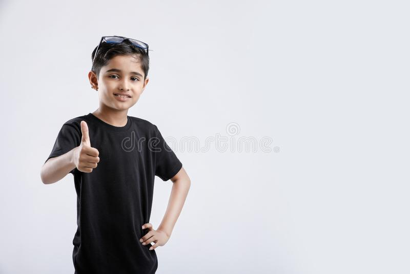 显示赞许的小印度/亚裔男孩 免版税库存图片