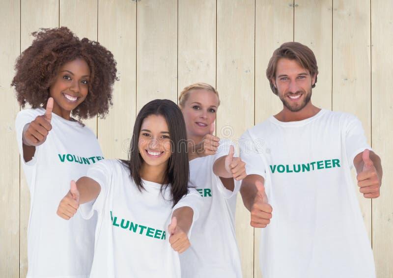 显示赞许的小组志愿者 免版税库存图片