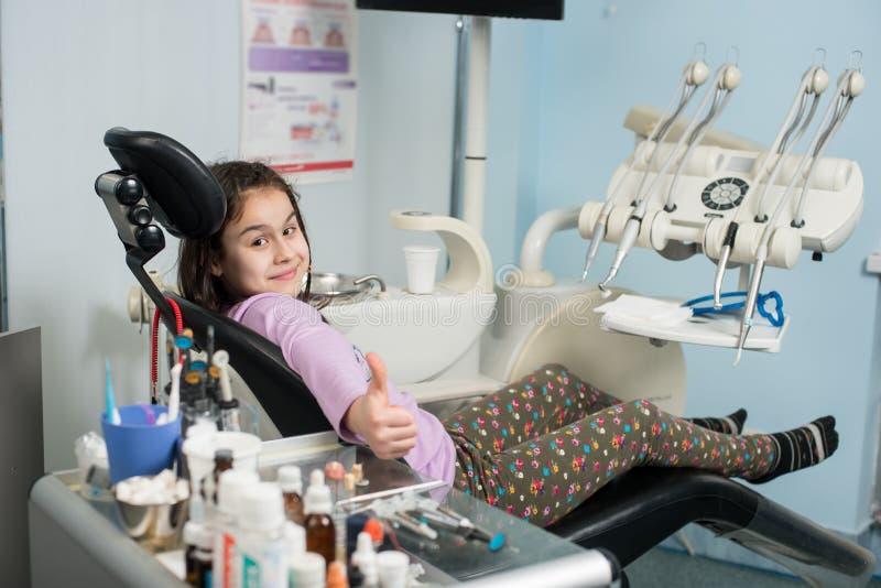 显示赞许的愉快的耐心女孩在牙齿诊所办公室 医学、口腔医学和医疗保健概念 免版税图库摄影