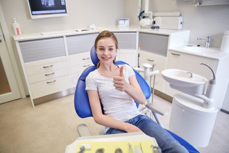 显示赞许的愉快的耐心女孩在诊所 库存照片