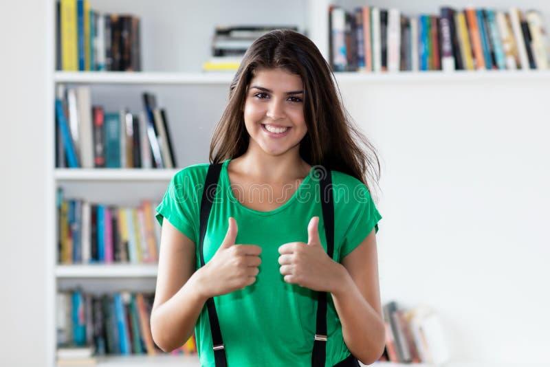 显示赞许的美丽的意大利年轻女人 免版税库存图片